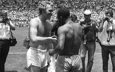 Bobby Moore dan Pele bertukar kaus setelah pertandingan antara Inggris versus Brazil di Piala Dunia 1970 di Guadalajara, Mexico.