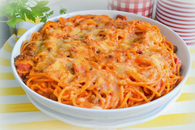 espaguetis con tomate, chorizo, carne y picante