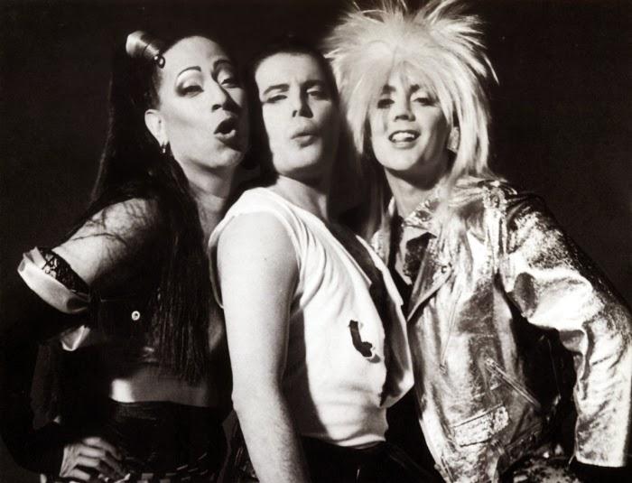 Peter Straker, Freddie Mercury y Roger Taylor en el videoclip de The Great Pretender.