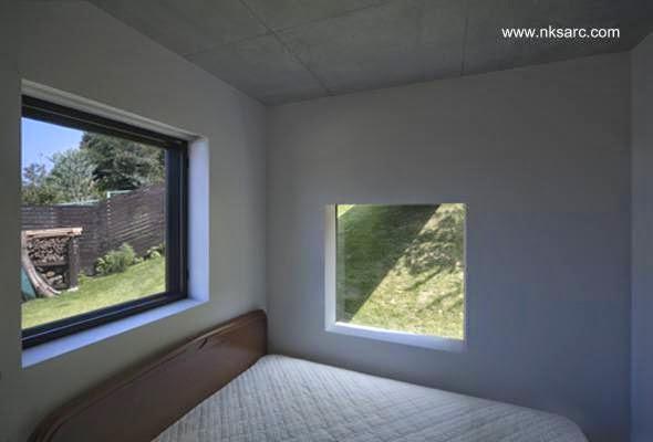 Dormitorio con ventanas exteriores