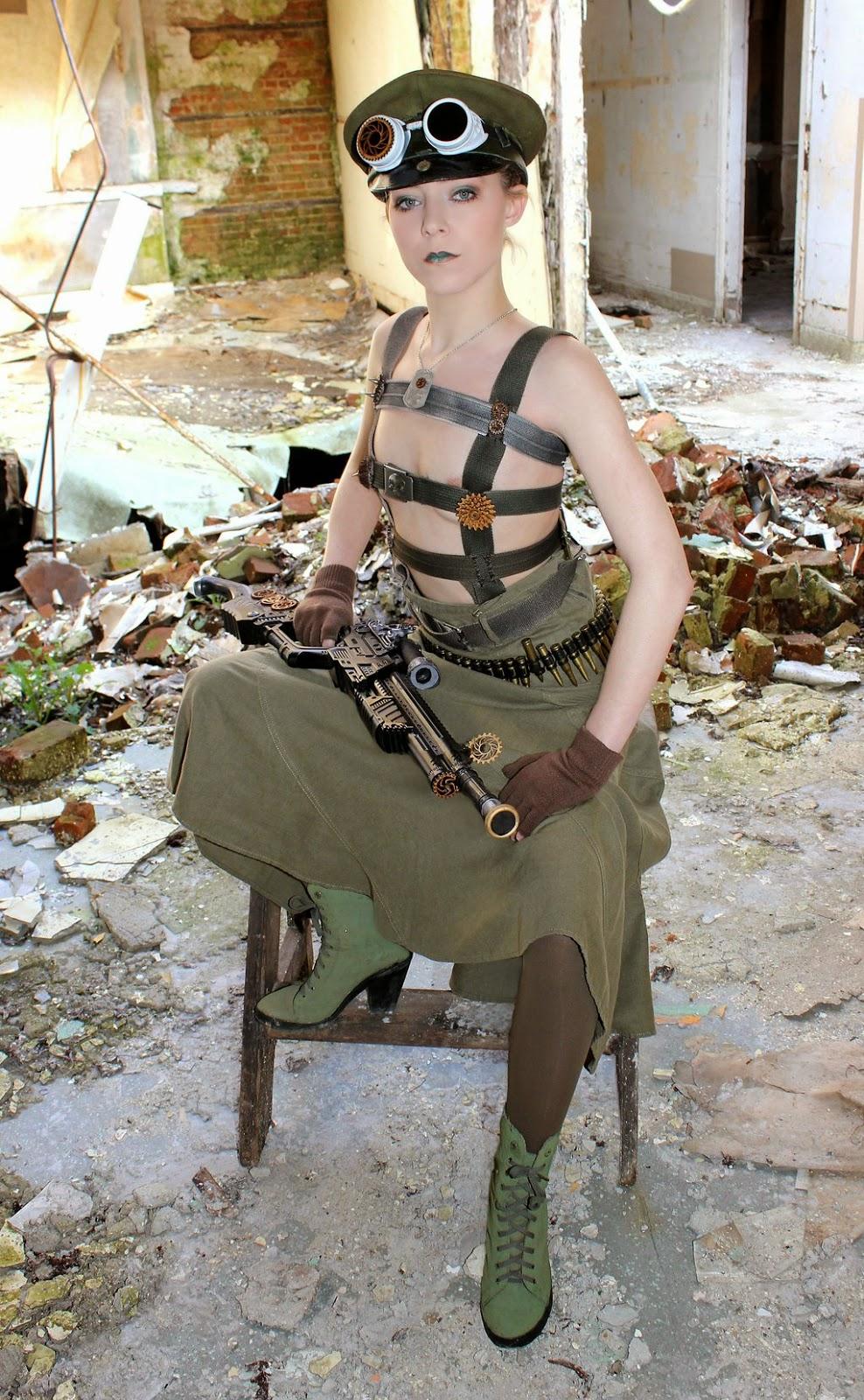 femme en tenue steampunk très sexy