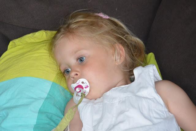 Kleines Mädchen ist sehr müde