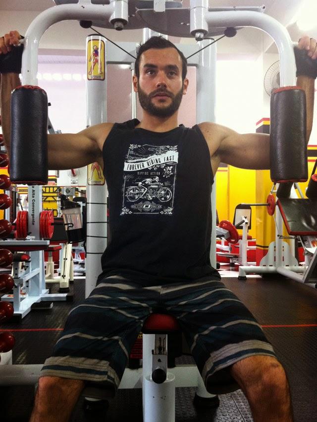 Matheus Guedes faz exercício no Peck Deck. Foto: Arquivo pessoal / Universal Gym Fitness
