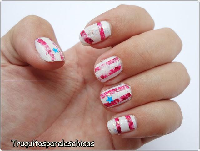 Manicura con tatuajes rosas