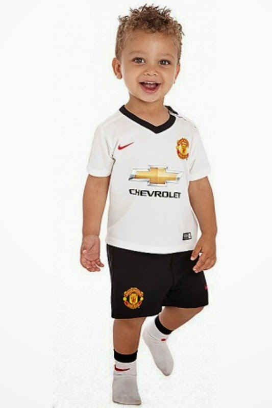 Foto bayi lucu laki-laki pakai kostum sepak bola manchester united
