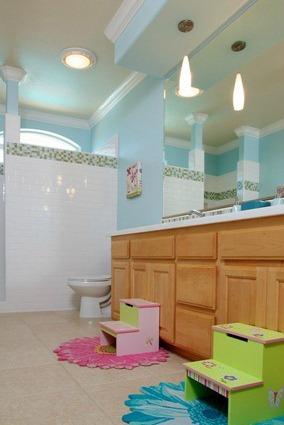 Banheiros infantis com duas cubas
