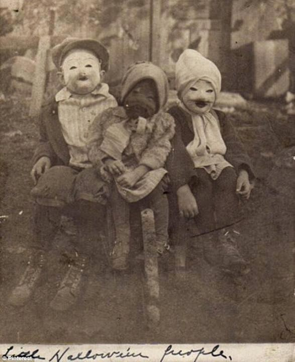 64 Historical Pictures you most likely haven't seen before. # 8 is a bit disturbing! - Halloween 1900
