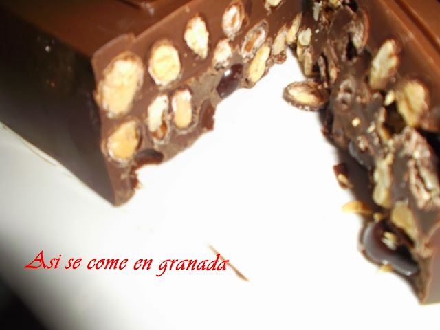 Turrón de chocolate con cacahuetes