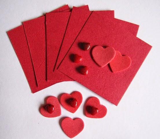 tarjetas y corazones rojos
