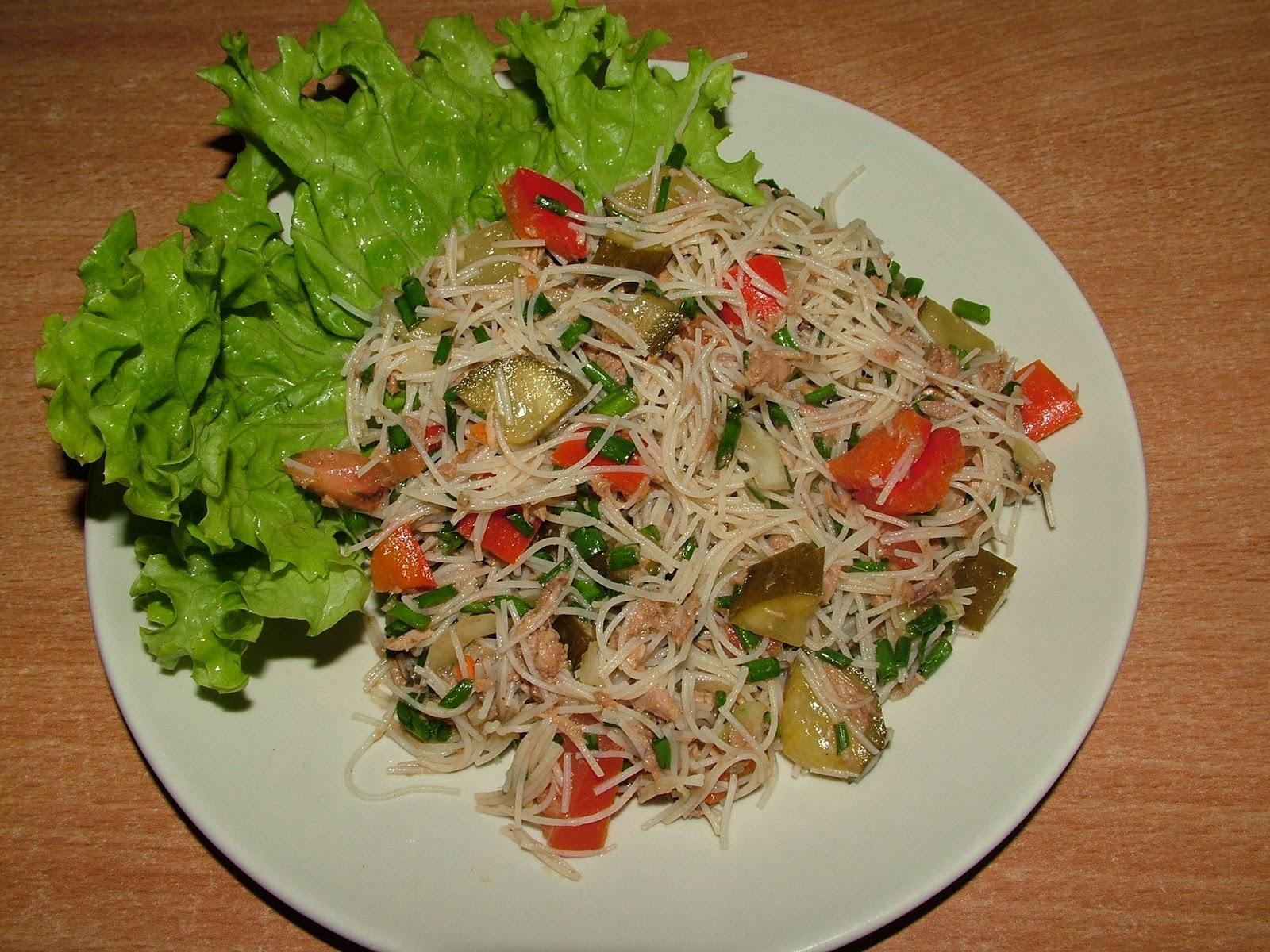 Sałatka z makaronu ryżowego z tuńczykiem