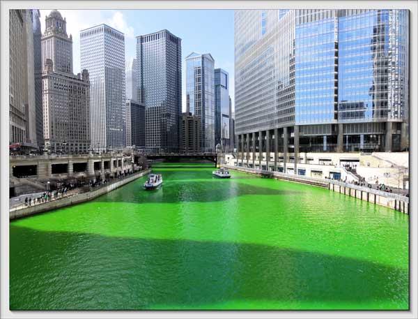 Voglio il mondo a colori: Il Chicago River tinto di verde per il festeggiare il giorno di San Patrizio