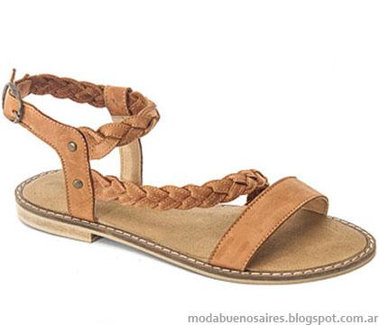 Moda primavera verano 2015 sandalias chatas con trenzados en la capellada 2015.