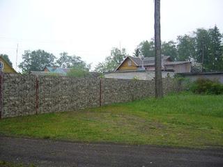 Забор из профлиста под дерево, камень. Фото 10
