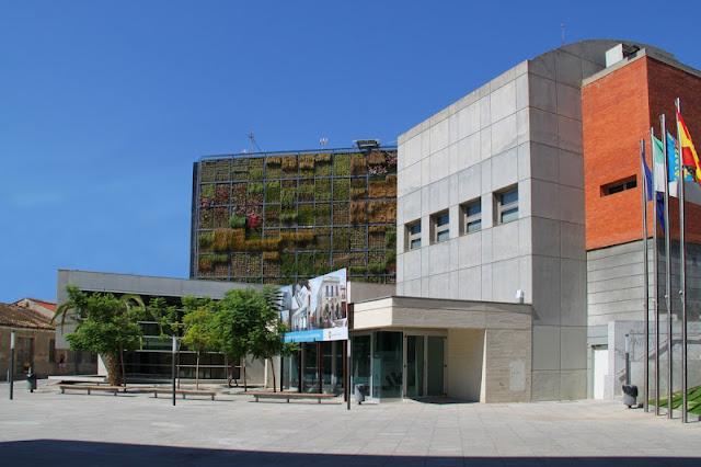 Jardim vertical cobre a lateral de um prédio de 6 andares
