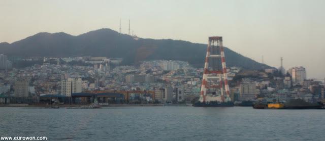 Montaña de Busan vista desde el mar