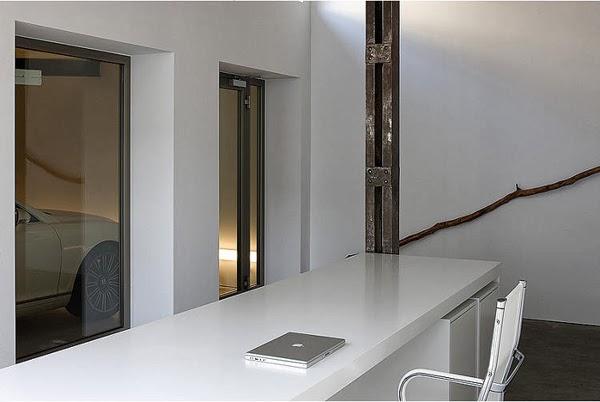 Białe wnętrze loftu i metalowy słup konstrukcyjny