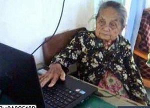 Ada foto nenek nenek sedang jualan online lucu deh