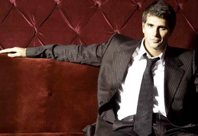 Christian Meier posando con terno