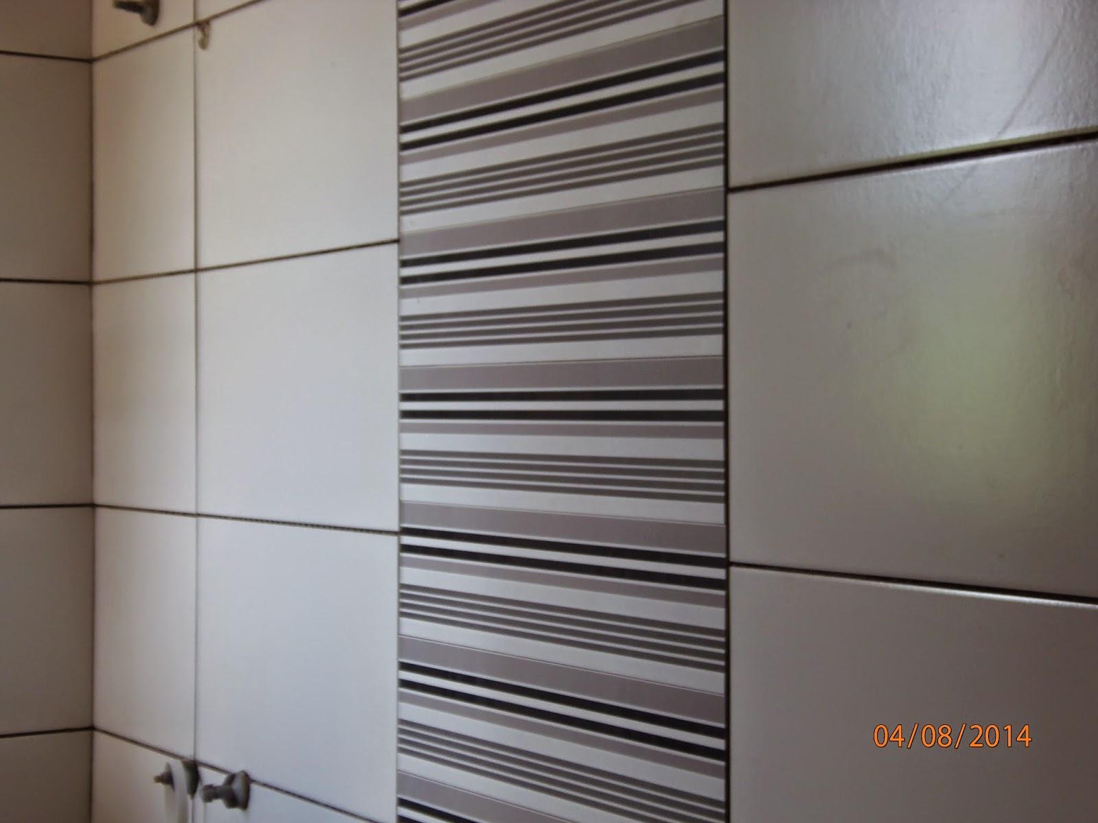 Detalhe da faixa que fica atrás do caso sanitário.Esqueci de #5C4F46 1600x1200 Banheiro Branco Com Rejunte Cinza