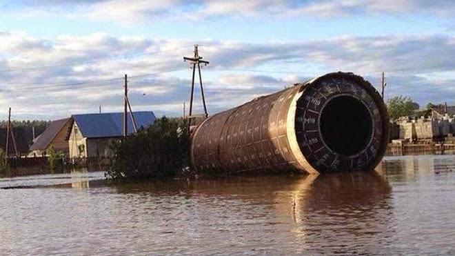 Tên lửa đạn đạo' trôi tới nhà dân sau trận lụt