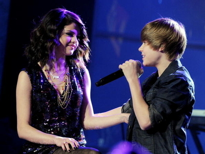 justin bieber kissing selena gomez on the lips pictures. selena gomez and justin bieber