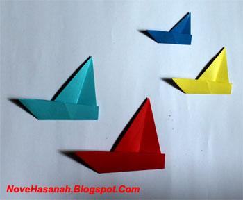 Origami yang satu ini memang super mudah. Saking mudahnya, origami perahu layar yang gambarnya ditampilkan di bawah, hanya terdiri dari 4 langkah yang sangat sederhana. Bayangkan, dengan begitu simpelnya origami ini maka anak-anak yang sangat muda seperti yang masih duduk di bangku PAUD dan TK tentu dapat dengan mudah membuatnya