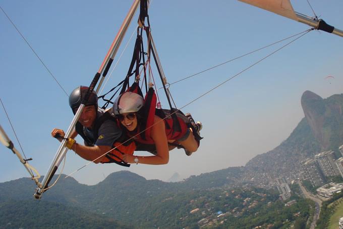 Alana Trauczynski voando de asa-delta no Rio de Janeiro