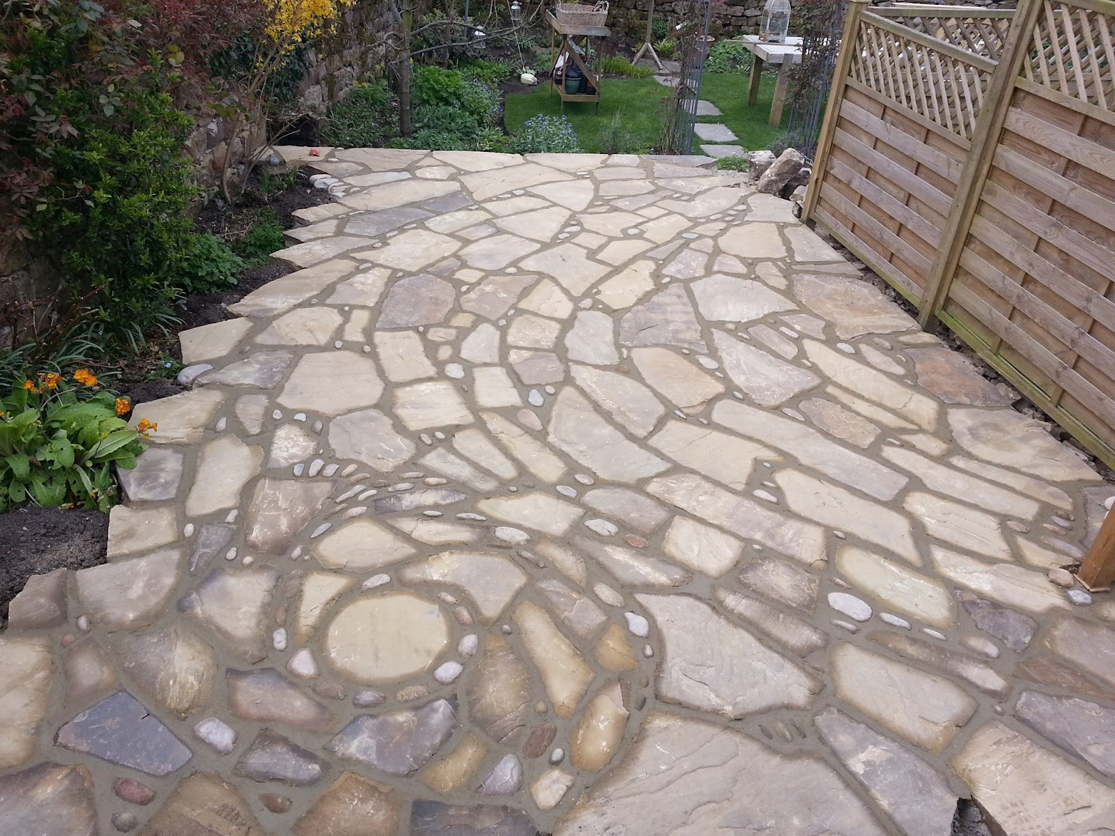 06-Johnny-Clasper-Sculpture-Paths-and-Walls-with-Rocks-and-Stones-www-designstack-co