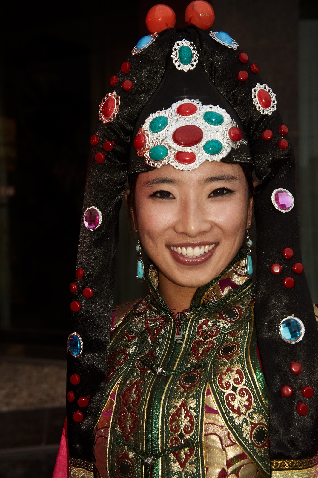 lovely Mongolian girl – traditional Mongolian dance performer.: http://kaisernchen.blogspot.com/2011_11_01_archive.html