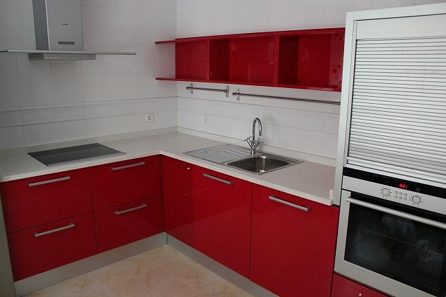 esta cocina tambin tiene una barra de desayuno hecho del mismo color de silestone que la encimera apoyada encima de unas patas de acero
