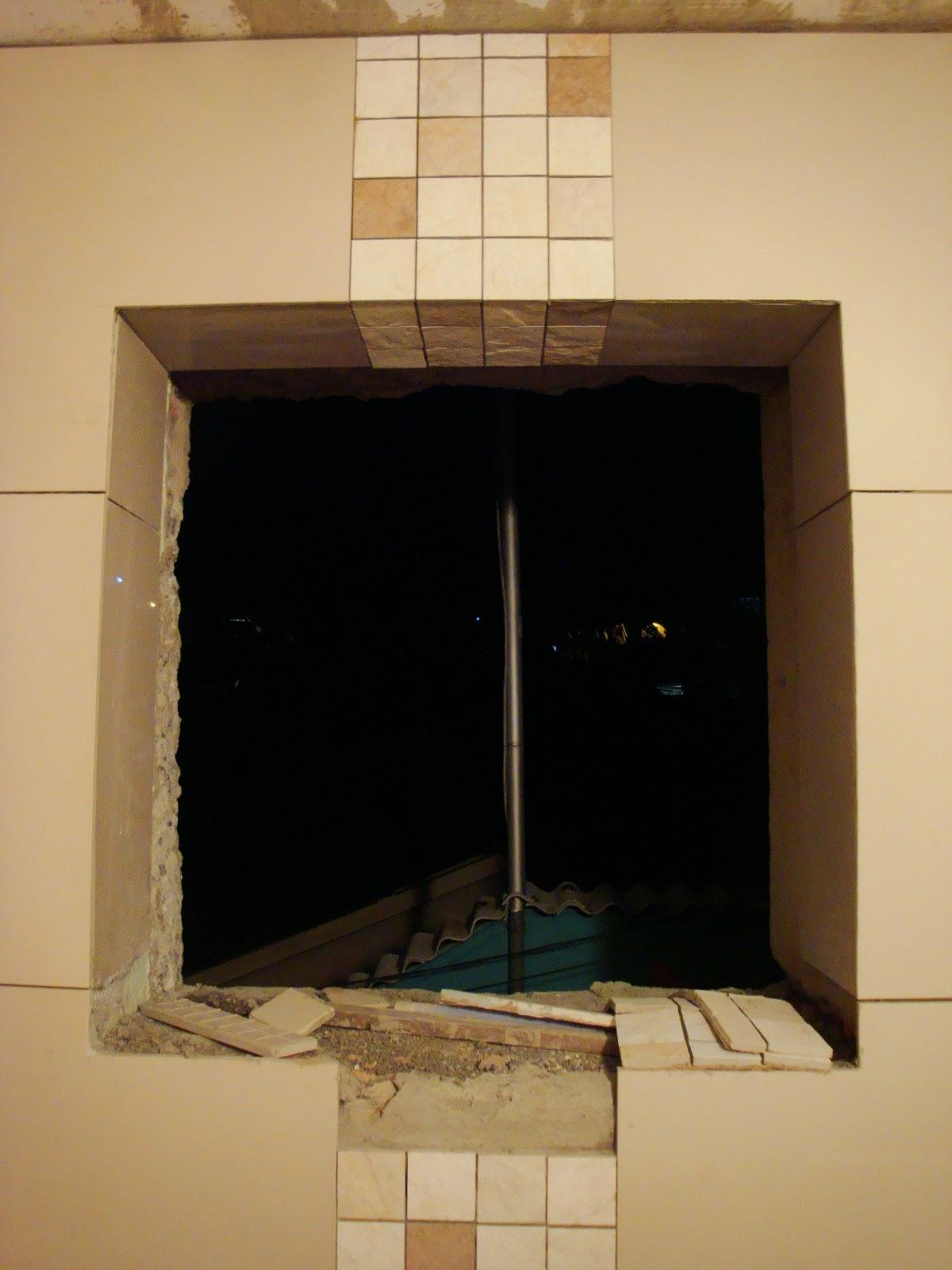 #9C742F Detalhe da listra vertical saindo do teto descendo pela janela 1200x1600 px reforma de banheiro com porcelanato