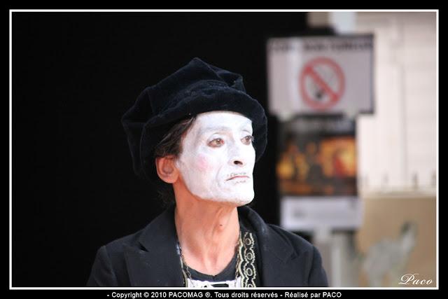 Artiste de rue, visage maquillé, perdu dans ses pensées au festival des marionnettes de Charleville Mézières