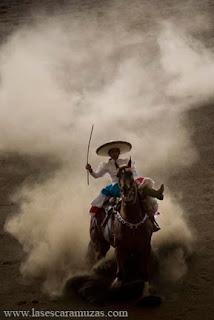 El Arte de la Escaramuza es un blog dedicado a las mujeres a caballo mexicanas. En este espacio incluiremos a escaramuzas, artistas y eventos relacionados con la parte femenina de la charrería, deporte nacional de México. Foto por Leslie Mazoch