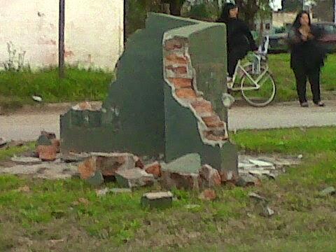 Destruyen monolito