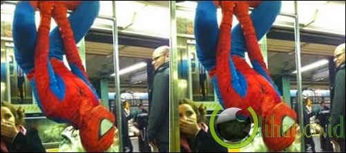 Spiderman Bergelantungan di Kereta Api