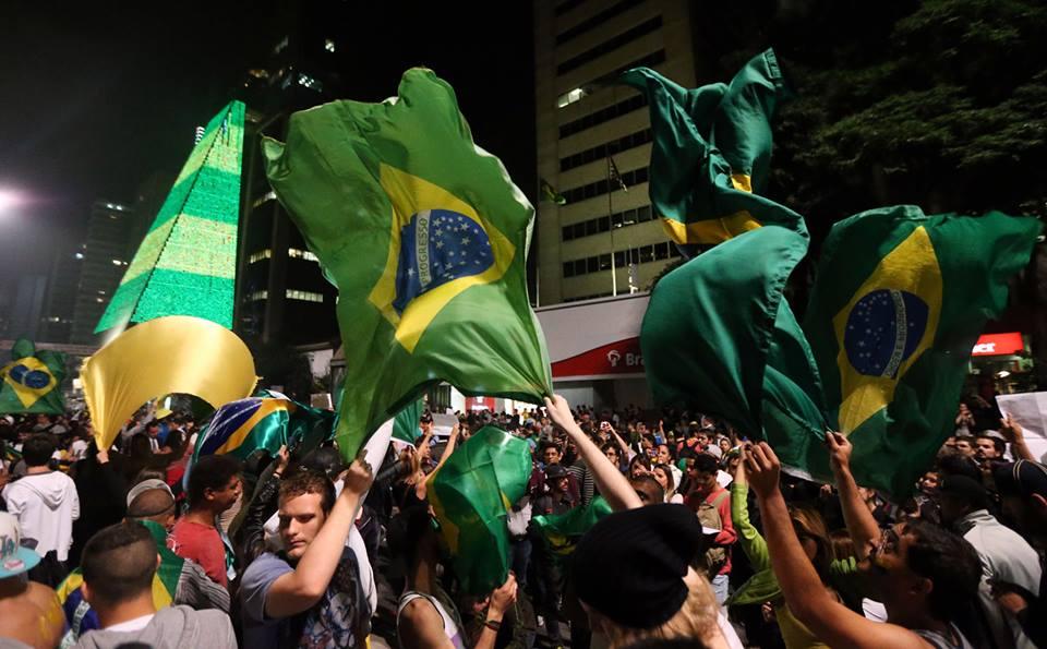 Avenida Paulista em festa após a revogação do aumento das passagens em São Paulo (foto JF Diório/Estadão 19/06/2013)