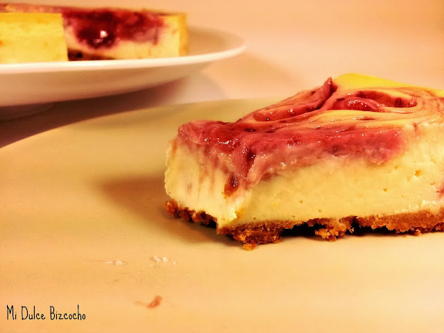 tarta de queso light con remolinos de frambuesa
