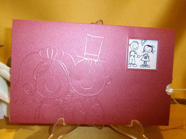 Invitación rosa con novios para boda