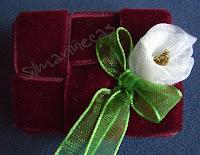 Broche de terciopelo granate con flor blanca-