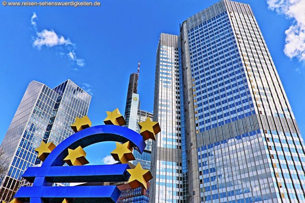 Euro Zeichen vor Frankfurter Wolkenkratzer, Sinnbild des Kapitalismus