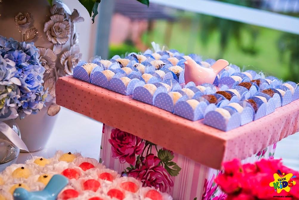Candy bar de bautizo con flores - mesa de dulces3