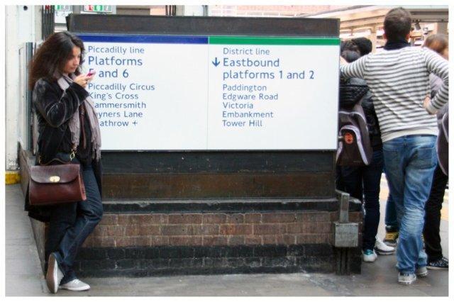 Pasajeros a la espera de su metro en Londres
