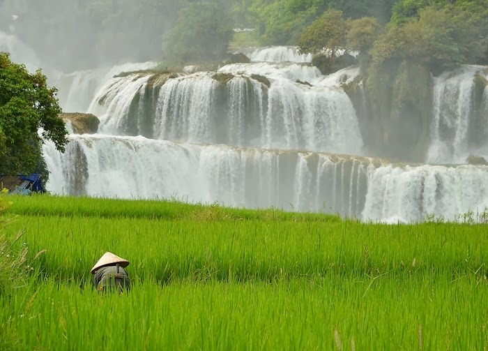 The Sino-Vietnamese border is the fourth largest waterfall in the world – Detian or Ban Gioc. The object is also the largest cross-border waterfall in Asia. The main   part of it belongs to the Middle Kingdom, Vietnam – only a few threads.