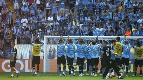 Jogadores do Grêmio agradecem o forte apoio que receberam durante o treino