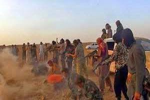 """- Kelompok militan Negara Islam Irak dan Suriah (ISIS) dikabarkan membunuh setidaknya 400 orang termasuk perempuan dan anak-anak, sejak menguasai kota Palmyra sejak Kamis (21/5/2015). Kabar ini diungkap media milik Pemerintah Suriah, Minggu (25/5/2015) malam. """"Teroris telah membunuh lebih dari 400 orang termasuk perempuan dan anak-anak, dengan tuduhan telah bekerja sama dengan pemerintah dan tidak mau mengikuti perintah,"""" demikian yang dikabarkan media Suriah mengutip warga di kota Palmyra, seperti dilansir dari Reuters. Beberapa korban yang dieksekusi ISIS diketahui sebagai pegawai negeri yang bekerja untuk Pemerintah Suriah. Salah satu di antaranya adalah Kepala Departemen Perawat di sebuah rumah sakit, yang dieksekusi bersama seluruh anggota keluarganya. Hingga saat ini memang belum bisa dikonfirmasi jumlah korban kekejaman ISIS. Namun informasi ini sama seperti yang dilaporkan Organisasi Pemantau HAM Suriah, yang melaporkan terjadinya pembantaian sejak ISIS menguasai Palmyra. Lembaga itu melaporkan setidaknya 300 tentara dibunuh sebelum akhirnya ISIS menguasai Palmyra. """"Tentara dalam jumlah yang lebih besar telah menghilang dan belum jelas keberadaannya,"""" kata Direktur Organisasi Pemantau HAM Suriah Rami Abdulrahman. Selain itu, sejumlah post yang diunggah aktivis di media sosial juga mengungkap adanya ratusan jenazah bergelimpangan di jalan. Palmyra yang kini dikuasai ISIS diketahui memiliki jumlah populasi sekitar 50.000 orang. Selain itu, Palmyra juga dikenal sebagai kota yang menyimpan reruntuhan peninggalan Romawi kuno terbaik dan terbesar di dunia. Dengan direbutnya kota kuno yang jadi salah satu titik perhentian Jalur Sutra, maka ISIS memiliki posisi strategis. Sebab, Palmyra berada di persimpangan penting jalan raya yang menghubungkan ibu kota Damaskus dan Homs di sebelah barat dengan Irak di sebelah timur."""
