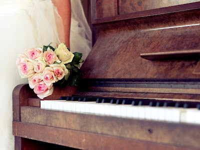 Vintage Piano and A Bouquet of Pink Roses Holding Bride HD Desktop Wallpaper