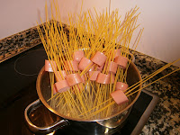 Espaguetis anudados (franfurt al aglio e olio)