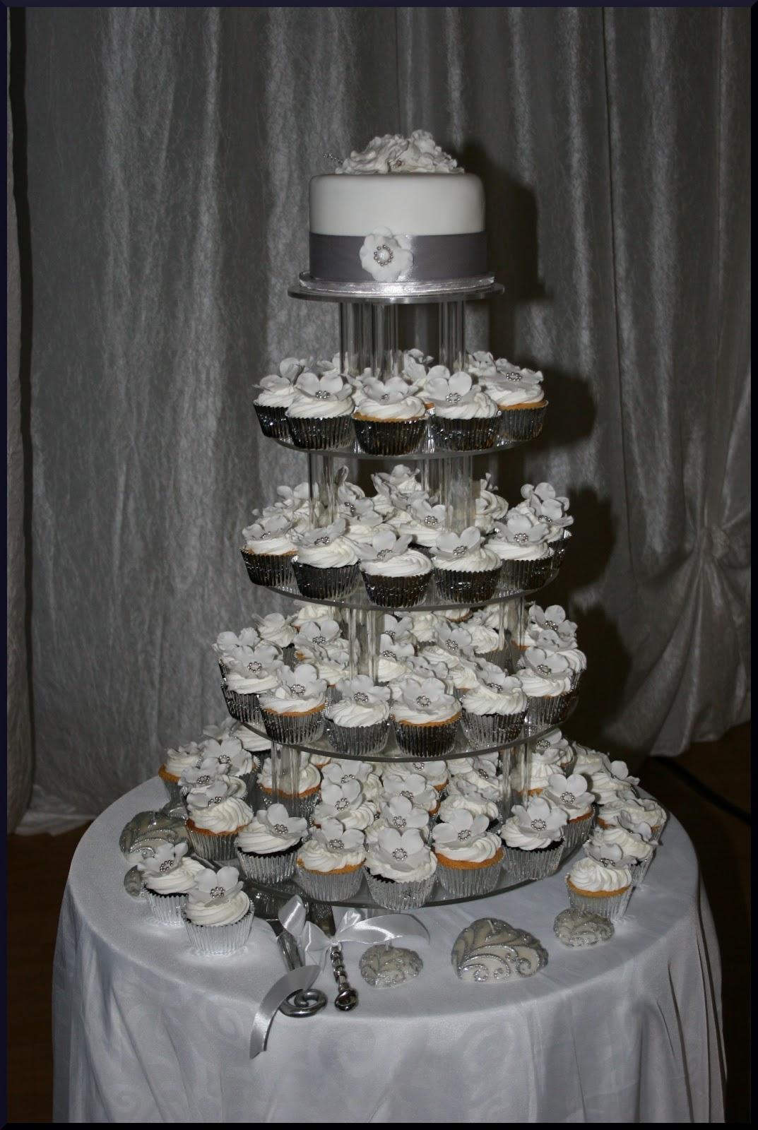 Koekerasie Silver And White Wedding Cake