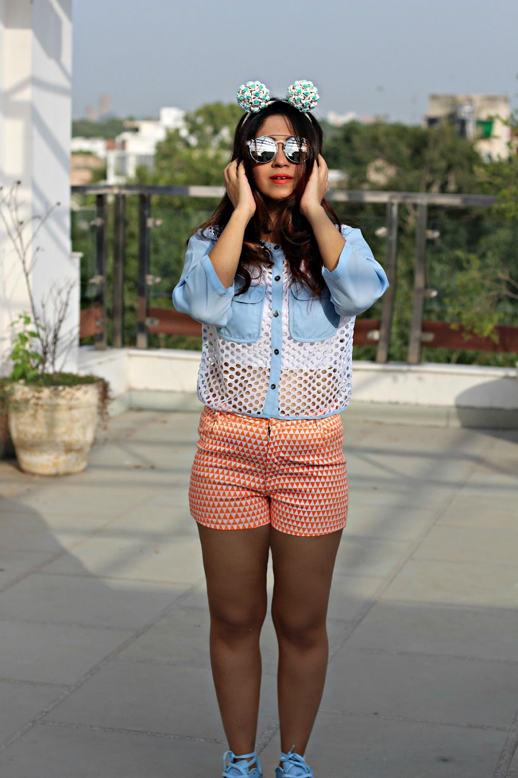 sneakers with shorts, crop top with sneakers