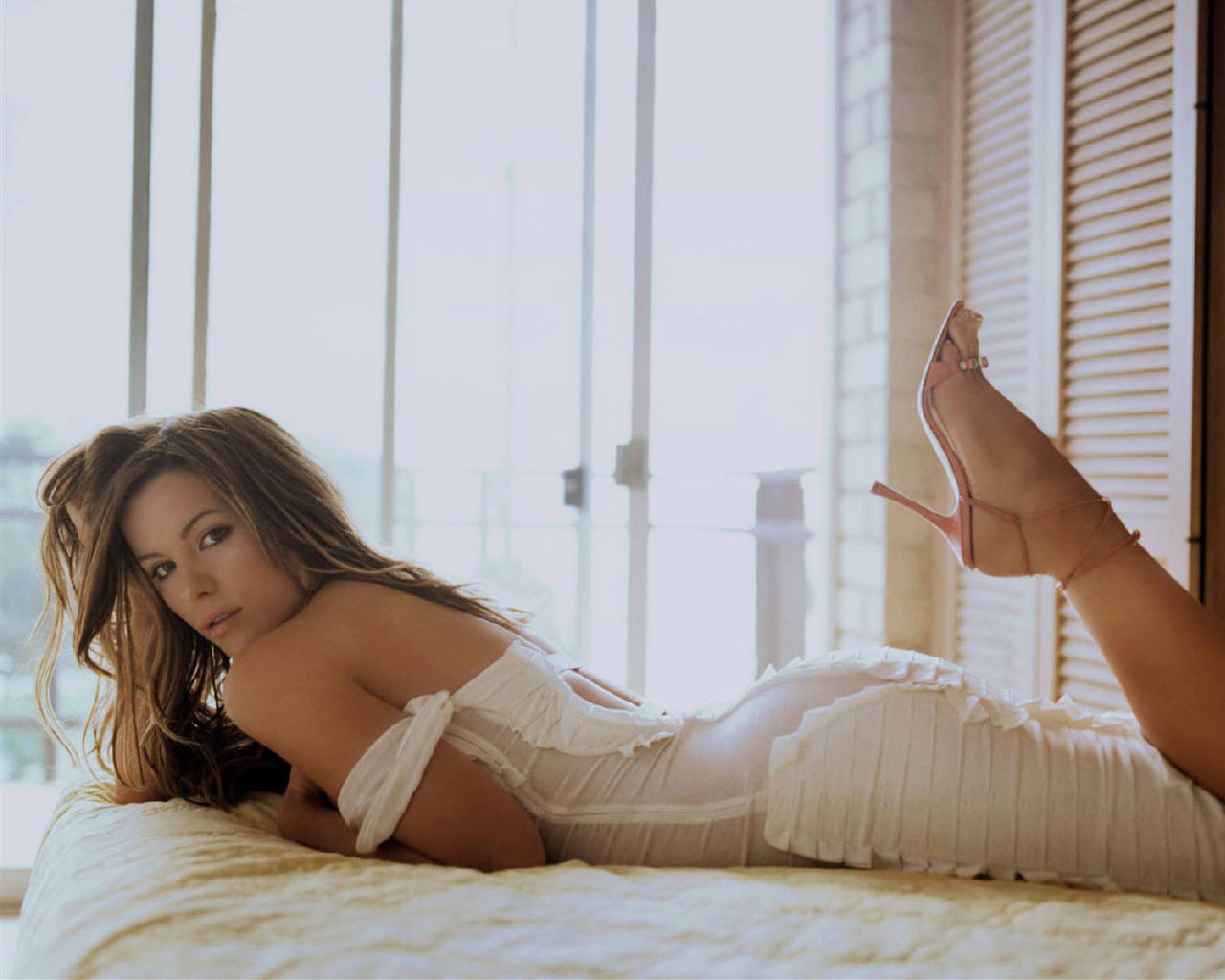 http://4.bp.blogspot.com/--RbLLgtARzM/Txzcg9vXlwI/AAAAAAAAD14/kjIvmptSSeU/s1600/Kate-beckinsale-beauty-hot-stills.jpg